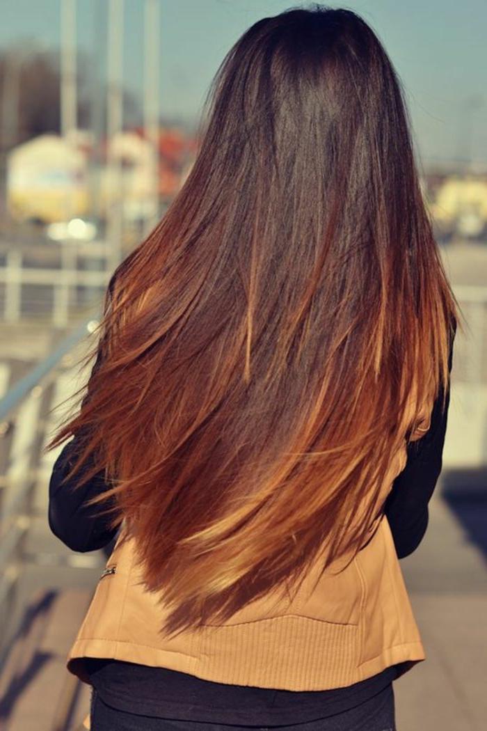 cortes de pelo degradado tendencias 2018, larga melena cortada en V en castaño oscuro con mechones rubios