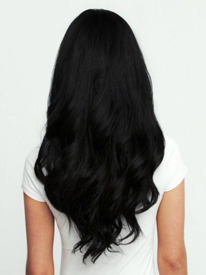 cabellera en negro cortada en V con puntas rizadas, cortes de pelo cara redonda ideas, tendencias peinados mujer 2018