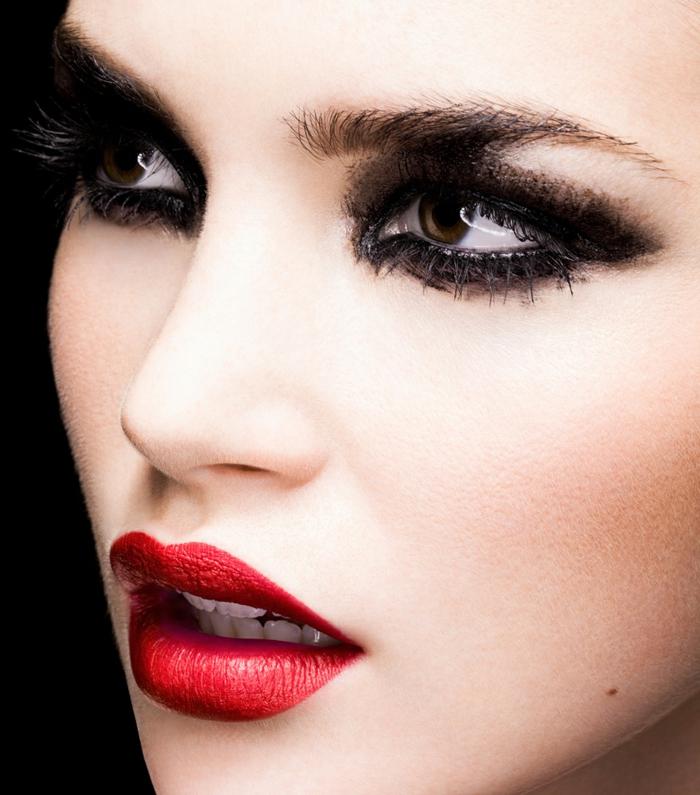 maquillaje sencillo clásico con la mirada ahumada en negro y labios en rojo fuego, ideas maquillaje nocturno