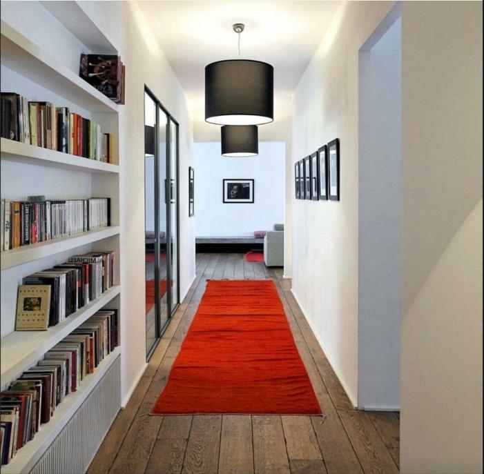 ideas de decoracion de corredor moderno, muebles pasillo de encanto, suelo de madera y alfombra roja