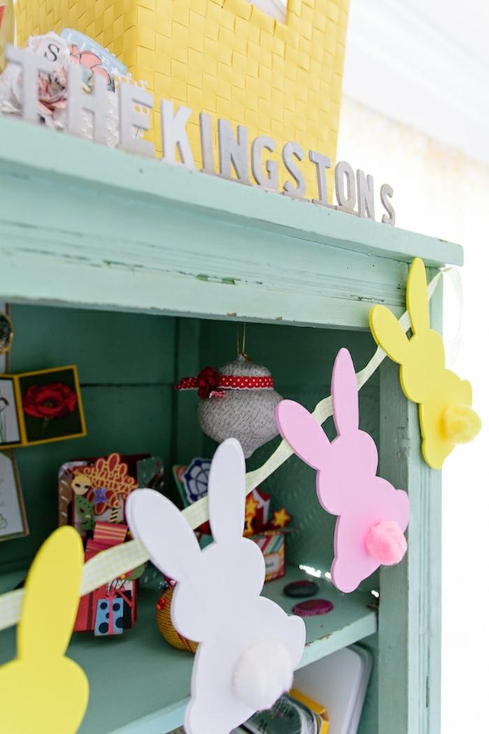 como decorar la casa para una fiesta infantil, manualidades con goma eva faciles, guirnalda DIY con pequeños conejos