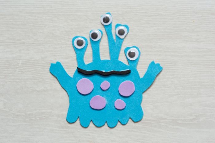 pequeño monstruo elaborado de goma eva, manualidades con goma eva para niños y adultos paso a paso