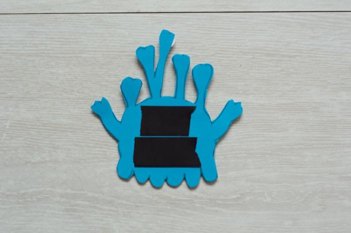 ideas originales para decorar la casa con manualidades con goma eva, pequeño monstruo azul para pegar en la pared