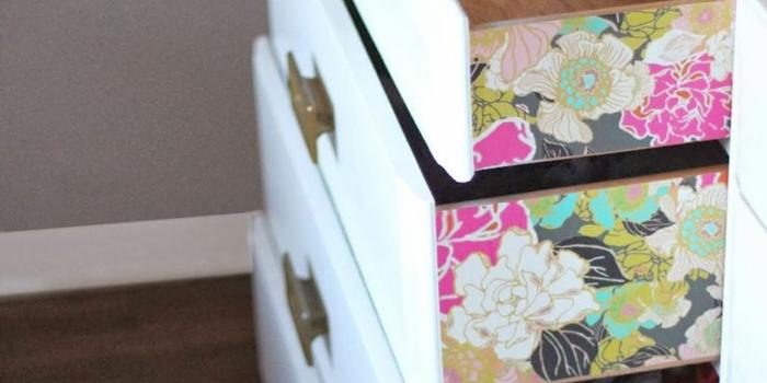 ideas de decoración con papel para forrar muebles, cofre pintado en blanco tapizado con papel decorativo con motivos florales