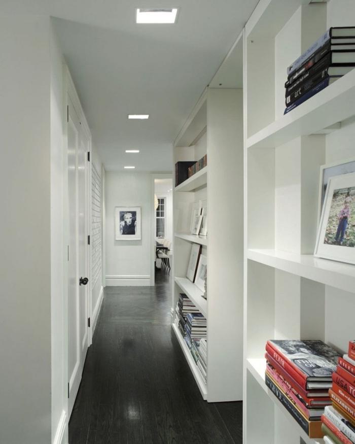 precioso pasillo largo con decoración minimalista, muebles pasillo funcionales, suelo de parquet y luces empotradas