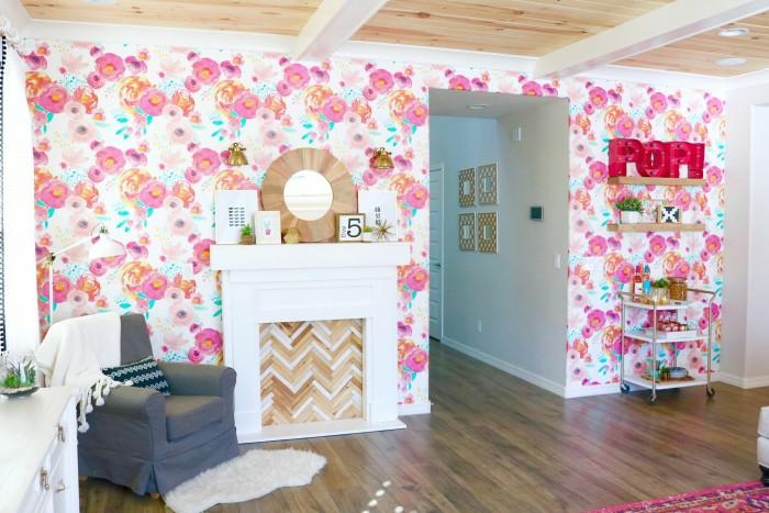 habitación decorada en tonos claros con paredes decorados con papel para pared en flores en blanco y rosado