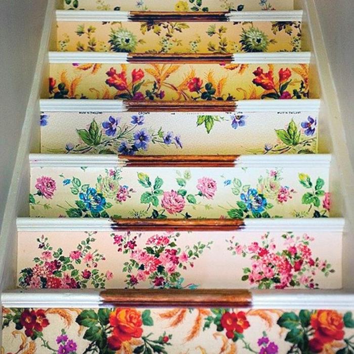 escaleras tapizadas de papel pintado motivos florales en diferentes colores, papel pintado rayas tendencias 2018