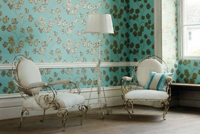 bonita decoración de pared con papel para pared con detalles en dorado en fondo verde y sillones vintage