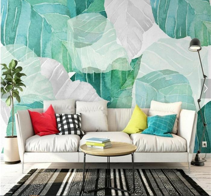 papel para pared con motivos botánicos en blanco y verde, sofá moderna en beige y alfombra en rayas