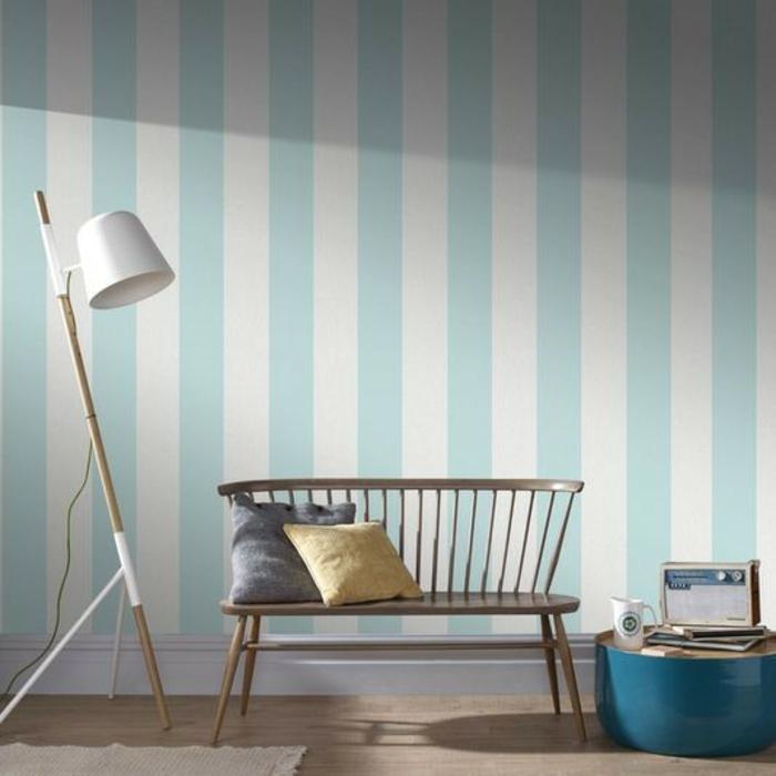 decoración de salón en estilo minimalista con paredes con papel pintado rayas en blanco y azul claro