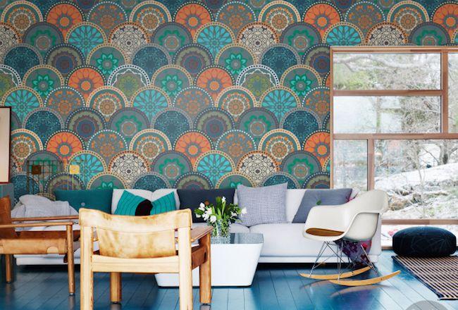 decoración en estilo bohemio en multiples colores, papel pintado salon original, muebles modernos bajos