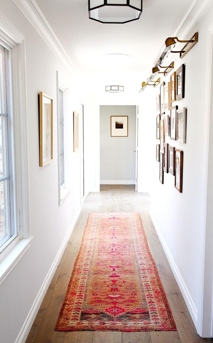 ideas de decoracion cuadros pasillo , corredor largo y estrecho decorado en estilo clásico con muro de cuadros