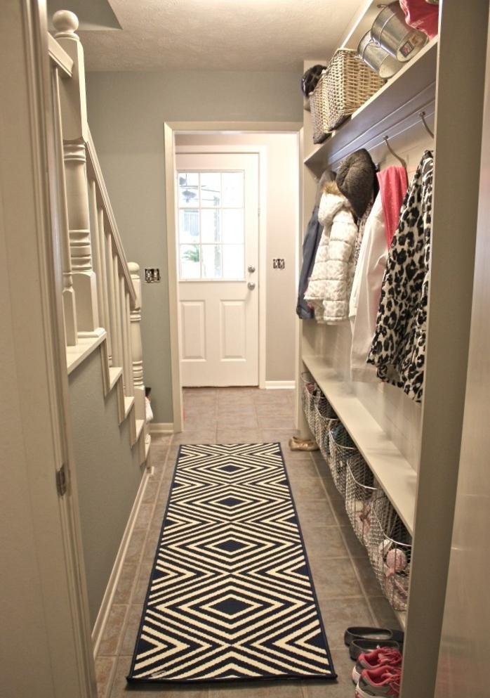 decoracion muebles pasillo ideas, corredor largo y estrecho con paredes pintadas en verde menta y suelo con baldosas