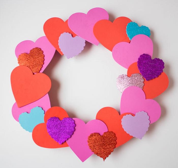 corona goma eva colorida hecha a mano, ideas sobre como decorar la casa para el dia de san valentin