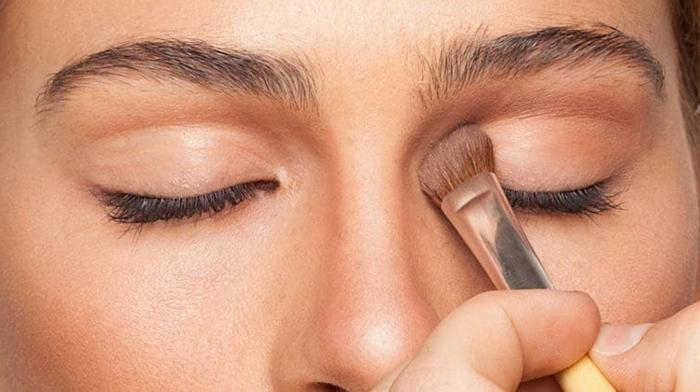 ejemplos de maquillaje sencillo según las últimas tendencias, sombras de color neutral cálido
