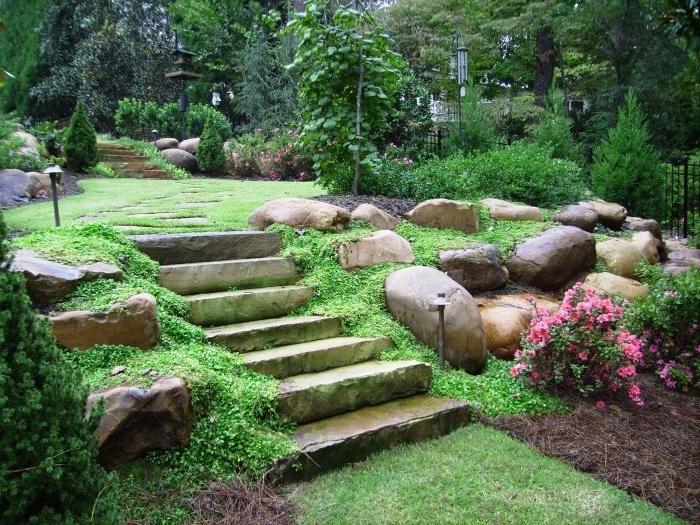 ideas para decorar terrazas y jardines, bonito jardín con plantas, flores y escaleras de piedra
