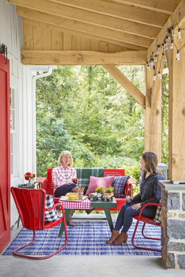 ideas para decorar jardines y verandas, bonita veranda de diseño decorada en rojo, verde y azul