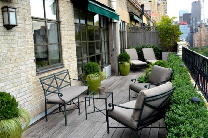 terrazas pequeñas con encanto, decoración moderna con muebles de diseño en color ocre