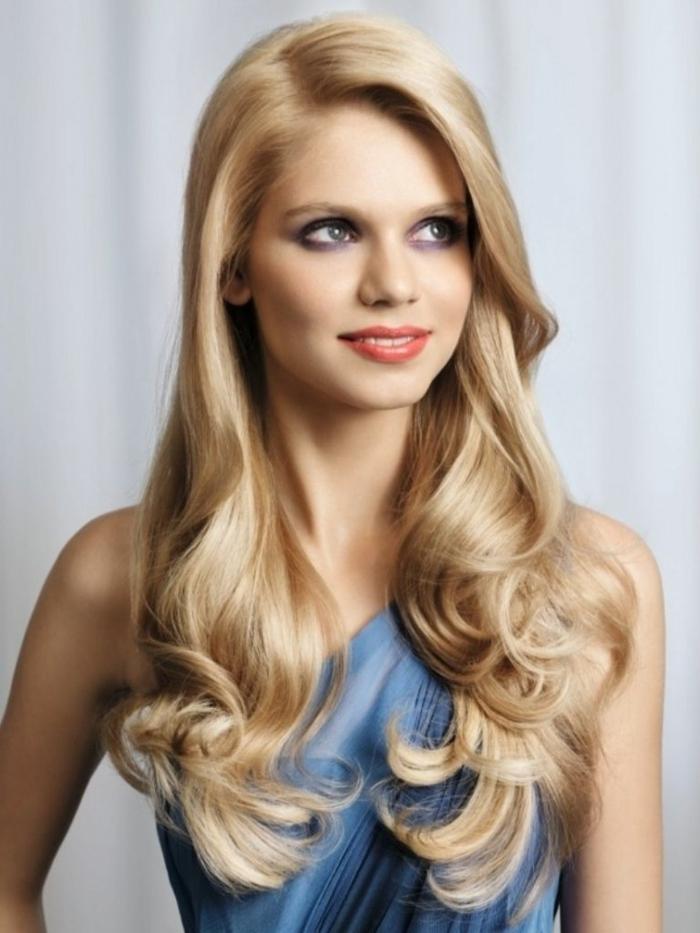 cabello rubio muy largo con ondas en las puntas y raya lateral, propuestas cortes de pelo degradado