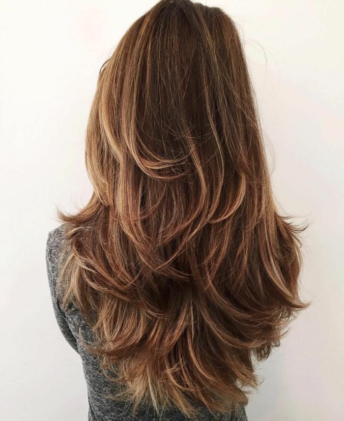cortes de pelo para cara alargada, preciosa melena cortada en capas con en castaño oscuro con mechas rubias
