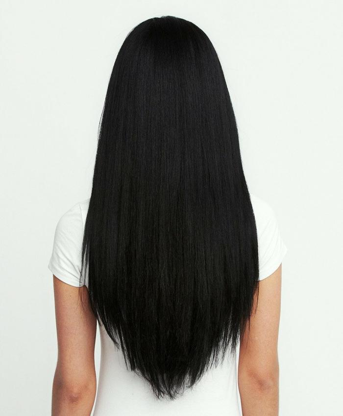 melena muy larga teñida en negro cortada en V, corte de pelo en capas y degradado, tendencias pelo mujer