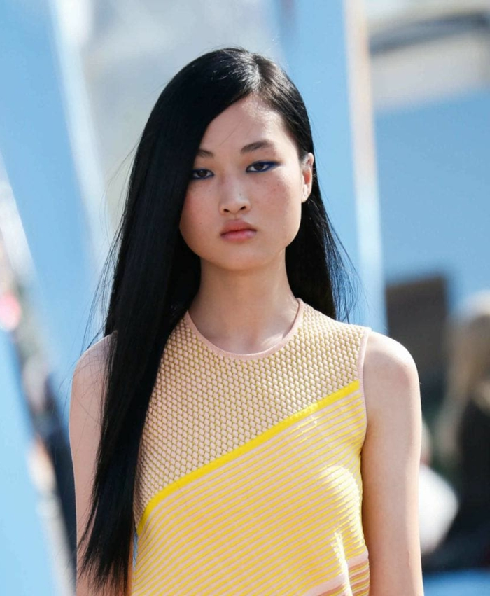 ejemplo de cortes de pelo cara redonda, cabello negro alisado muy largo con raya lateral, tendencias pelo largo 2018