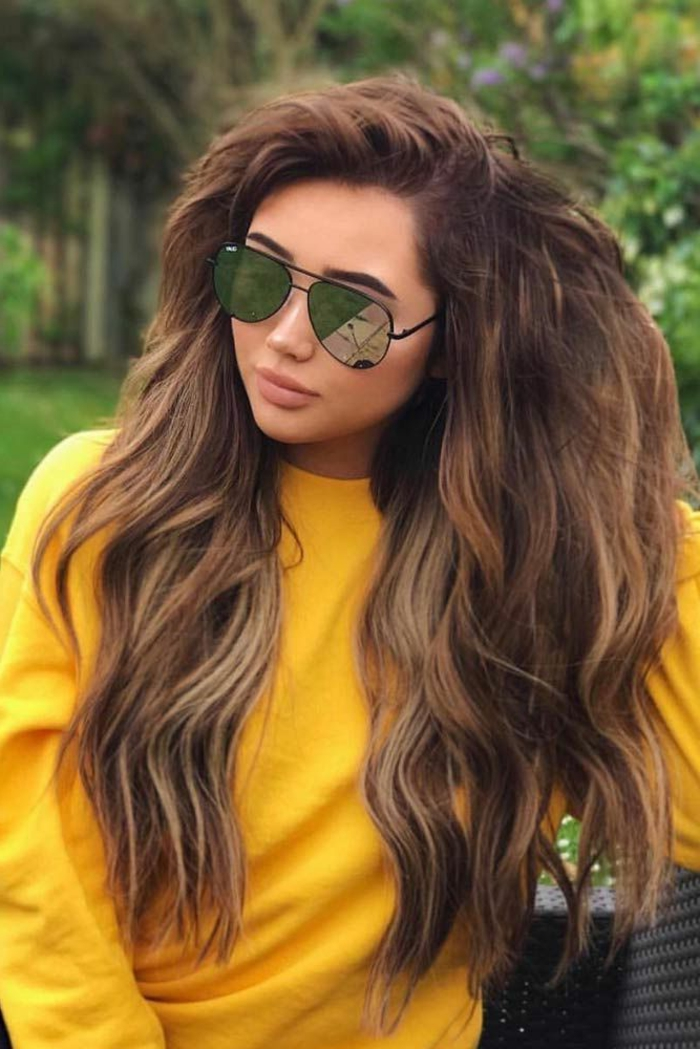 cabello muy largo castaño claro cortado en capas con mechas más claras, cortes de pelo cara redonda ideas