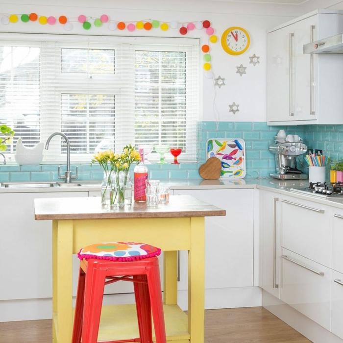 pequeña cocina decorada en blanco y azul con detalles coloridos, cocinas modernas pequeñas