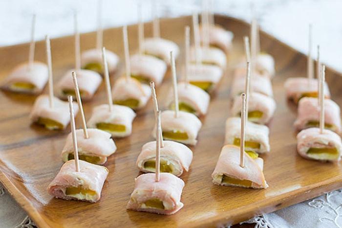 propuestas de entrantes faciles para sorprender, pinchos con jamón queso crema y pimientos verdes
