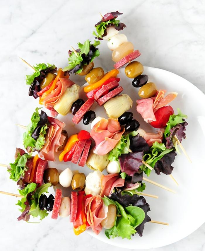 pinchos fáciles y ricos, ideas de entrantes faciles para sorprender a tus amigos, pinchos con lechuga, chorizo, mozzarella, aceitunas y verduras