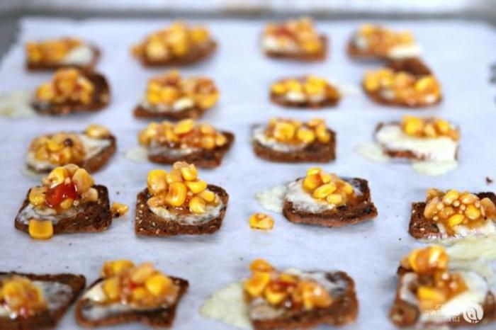 pinchos faciles ricos y saludables, pequeñas tostadas con queso y maíz, ideas para sorprender a tus invitados
