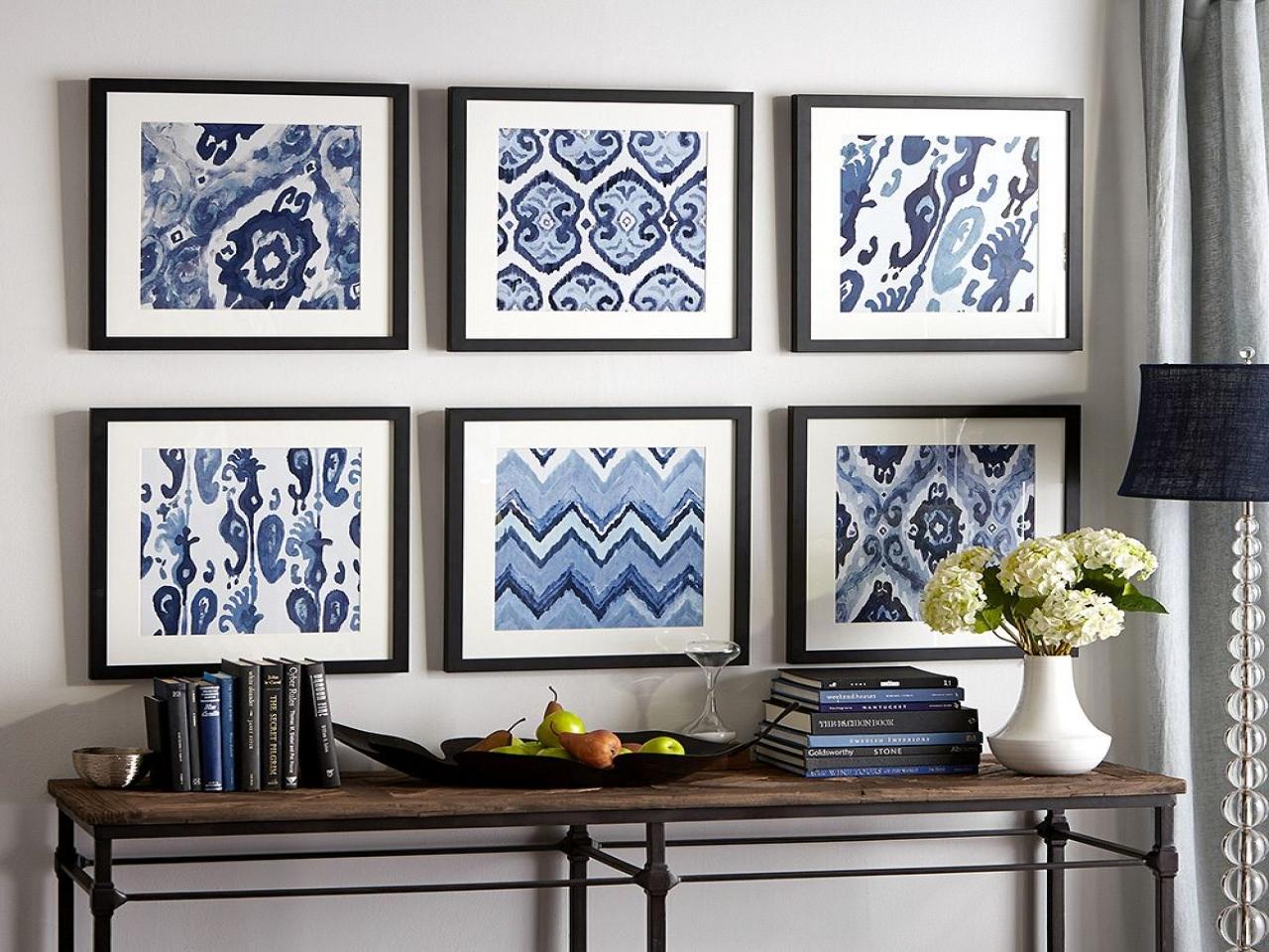ideas creativas para decorar con papel pintado, seis cuadros decorativos con trozos de papel pintado ornamentado en azul y blanco