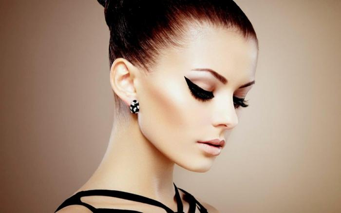 aprender a maquillarse para ocasiones formales, raya del ojo muy alargada, mirada dramática con pestañas falsas