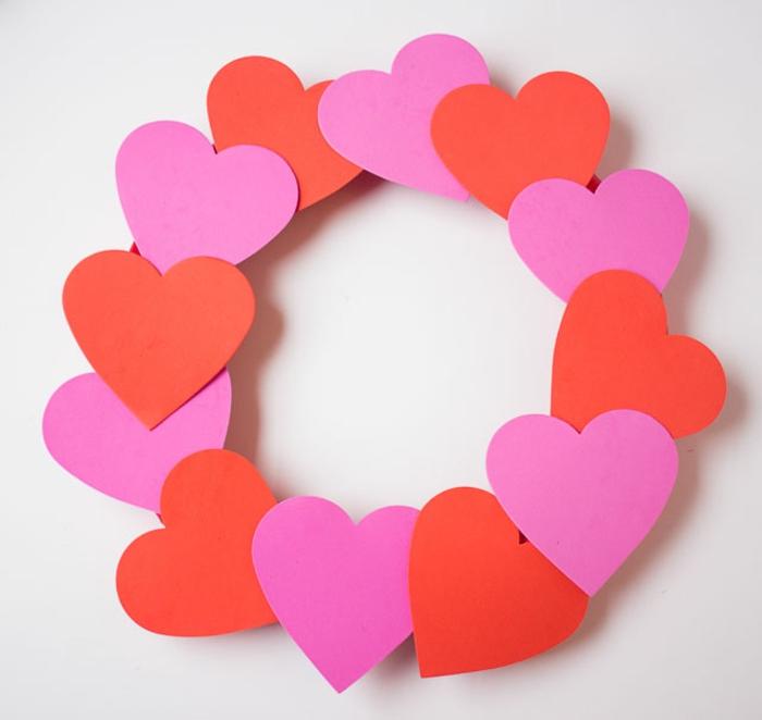 pasos para hacer una corona goma eva con corazones en rojo y rosado, aro de plástico con corazones