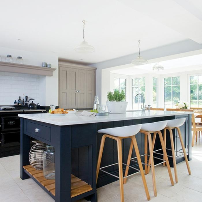 cocinas modernas pequeñas decoradas en blanco y azul, grande barra en azul con sillas de barra modernas