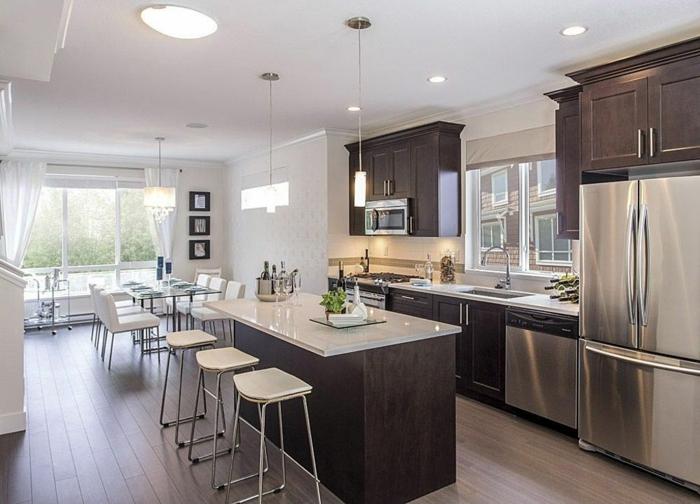 ideas de cocinas modernas pequeñas con barra amaericana de diseño, cocina abierta al comedor decorada en blanco y marrón