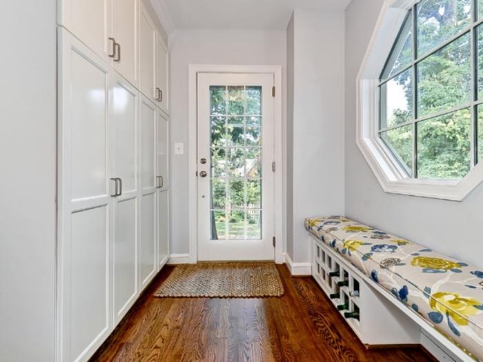 muebles pasillo modernos y funcionales, estancia decorada en blanco con suelo de parquet