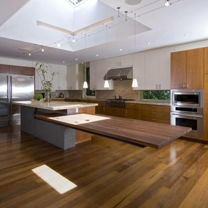 cocinas modernas pequeñas abiertas al salón, isla con barra super larga, tendencias decoración cocina con comedor