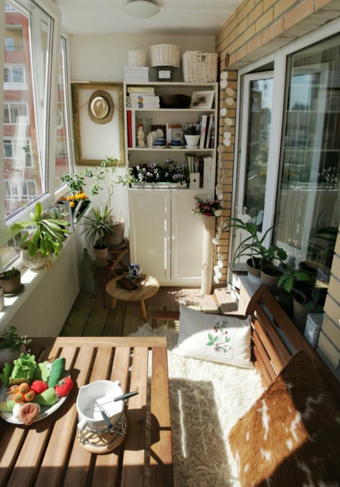 pequeña terraza con comedor exterior, espacio acogedor, ideas y consejos decoración terrazas pequeñas con encanto