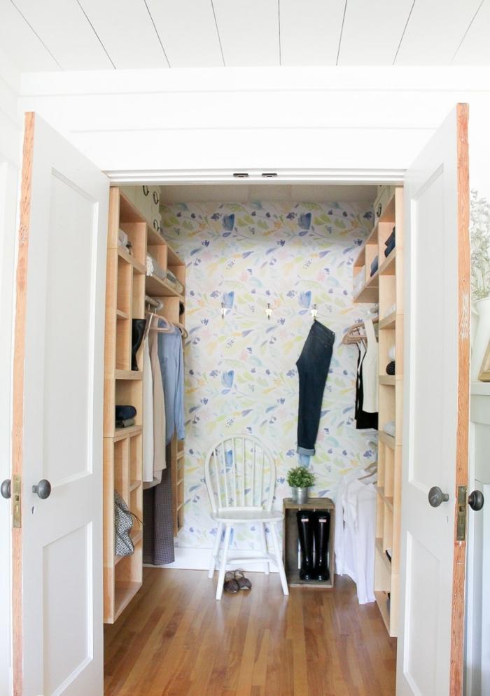 papel para pared en tonos pastel con motivos florales, bonito recibidor decorado con muebles de madera