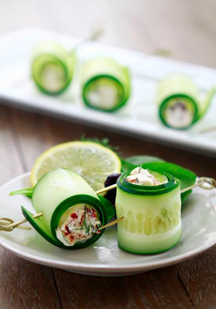ideas de tapas entrantes y tapas frías para picar, rollos de pepinos con salsa de yogur y pimienta roja