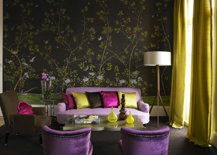 decoración en estilo vitnage, con paredes tapizadas papel para pared en tonos oscuros, motivos florales y muebles en color lila
