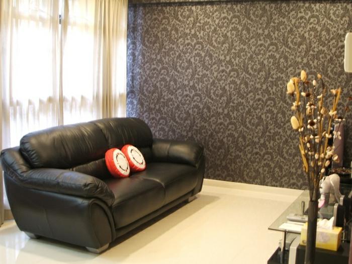 salón decorado en estilo minimalista con sofá tapizada en piel, cortinas de visillo y paredes con papel para pared ornamentada