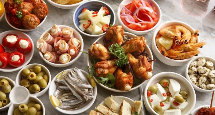ejemplos de entrantes y tapas ricos y fáciles de hacer, rollos con tocino y jamon, aceitunas verdes, pollo empanado y albóndigas