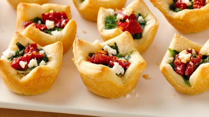 tartaletas saladas rellenas de hummus con verduras, pimientos rojos y ricotta, ideas de recetas de entrantes