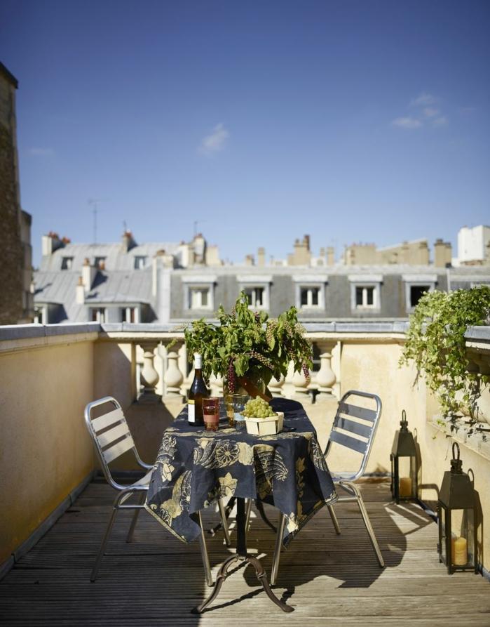 ideas para jardines y terrazas, balcón de encanto con vista, pequeña mesa y decoración de plantas verdes