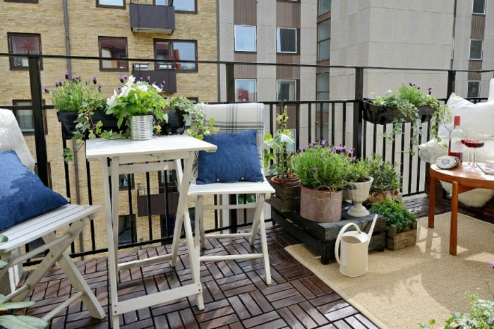 consejos e ideas de decoracion de terrazas pequeñas y modernas, sillas y mesa plegables de madera y macetas DIY