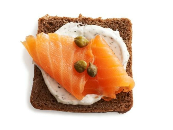 ideas y recetas de entrantes fáciles y rápidos para hacer en casa, tostadas con cremas de yogur y salmón