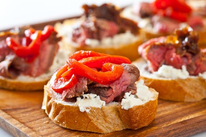 ejemplos de entrantes faciles para sorprender a tus invitados, tostadas con queso crema, carne de ternera y pimientas rojas