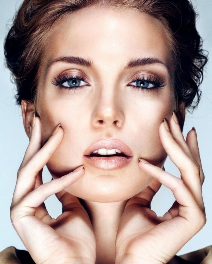 aprender a maquillarse como una profesional, ojos con sombras en dorado y pestañas largas, labios en beige